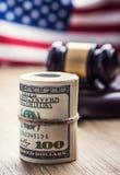 Martelo do martelo do ` s do juiz Cédulas dos dólares de justiça e bandeira dos EUA no fundo Martelo da corte e cédulas roladas Fotos de Stock Royalty Free