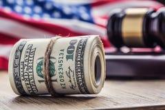 Martelo do martelo do ` s do juiz Cédulas dos dólares de justiça e bandeira dos EUA no fundo Martelo da corte e cédulas roladas Fotografia de Stock Royalty Free