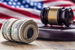Martelo do martelo do ` s do juiz Cédulas dos dólares de justiça e bandeira dos EUA no fundo Martelo da corte e cédulas roladas Foto de Stock Royalty Free