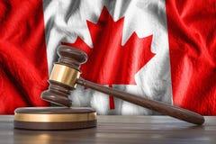 Martelo e bandeira de madeira de Canadá no fundo - conceito da lei ilustração stock