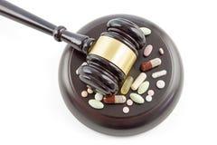 Martelo e drogas da lei, tabuletas e opinião superior dos comprimidos de cima de, isolador foto de stock royalty free