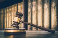 Martelo e livros de lei de madeira no escritório de advogados - estilo retro imagens de stock
