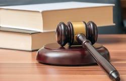 Martelo e livros de madeira no fundo Conceito da lei e da justiça Fotografia de Stock
