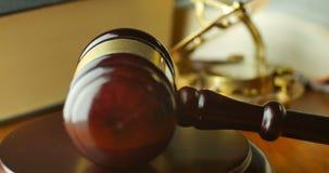 Martelo e martelo do juiz do magistrado de justiça do tribunal de justiça video estoque