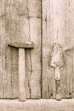 Martelo e pá de pedreiro oxidados velhos Imagens de Stock