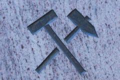 Martelo e picareta na superfície da pedra Fotografia de Stock Royalty Free