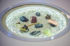 Martelo e tipos diferentes de minerais em um fundo branco fotografia de stock