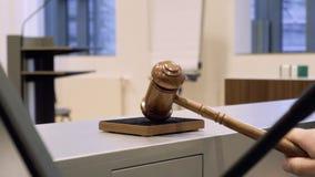 Martelo em uma sala do tribunal no movimento lento video estoque