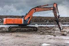 Martelo hidráulico na construção de uma estrada foto de stock royalty free
