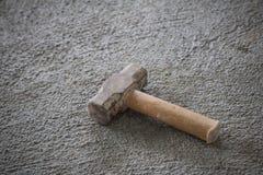 Martelo no assoalho do cimento para a construção fotos de stock royalty free