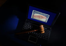 Martelo no cartão do roubo de identidade Foto de Stock Royalty Free