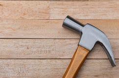 Martelo no fundo de madeira com espaço da cópia imagem de stock