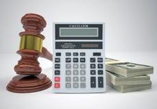Martelo, punhados dinheiro e calculadora Foto de Stock