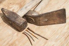 Martelo velho, adze e pregos oxidados Imagens de Stock
