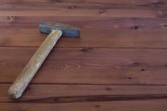 Martelo velho em um fundo de madeira Foto de Stock Royalty Free