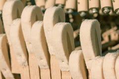 Martelos acústicos velhos do piano, vista para dentro Foto de Stock