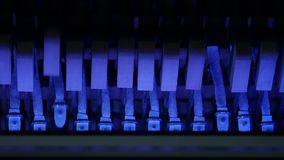 Martelos coloridos do piano, martelos do mecânico e cordas dentro do piano, mecanismo do martelo do piano Movimento lento video estoque