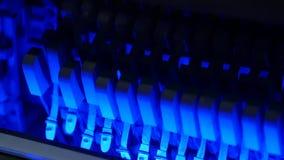 Martelos coloridos do piano, martelos do mecânico e cordas dentro do piano, mecanismo do martelo do piano Movimento lento vídeos de arquivo