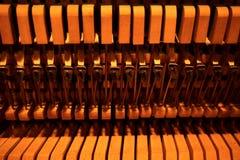 Martelos e cordas dentro do piano fotografia de stock