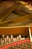 Martelos e cordas do piano grande Fotos de Stock