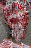 Martenitsi rouge et blanc sur le marché extérieur pour le martenici sur la rue à Sofia, Bulgarie en février 8,2016 Image stock