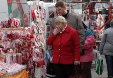 Martenitsi rouge et blanc sur le marché extérieur pour le martenici sur la rue à Sofia, Bulgarie en février 8,2016 Photo stock