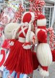 Martenitsi rouge et blanc sur le marché extérieur pour le martenici sur la rue à Sofia, Bulgarie en février 8,2016 Images libres de droits
