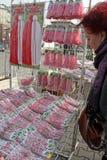 Martenitsi rouge et blanc sur le marché extérieur pour le martenici sur la rue à Sofia, Bulgarie le 8 février 2016 Image stock