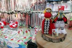 Martenitsi rouge et blanc sur le marché extérieur pour le martenici sur la rue à Sofia, Bulgarie le 8 février 2016 Images stock