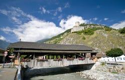 Martigny Brücke und Schloss lizenzfreie stockfotos