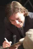 Martijn Smit, das eine cd Abdeckung lächelt und kennzeichnet Stockfotos