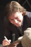Martijn Smit que sonríe y que firma una cubierta cd Fotos de archivo