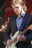 Martijn Smit vestiu-se em uma guitarra dos jogos do terno Imagens de Stock