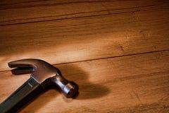 Martillo de garra del carpintero en las tarjetas de madera Fotografía de archivo libre de regalías