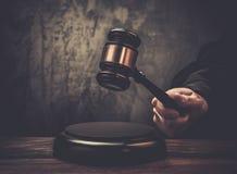 Martillo de la tenencia del juez Imagenes de archivo