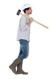 Martillo de trineo del trabajador que lleva Fotografía de archivo libre de regalías