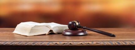 Martillo del juez con el libro de ley imagen de archivo libre de regalías