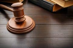 Martillo del juez con el libro legal viejo Imagen de archivo libre de regalías
