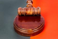Martillo para el juez y las subastas el sostenerse imagen de archivo libre de regalías