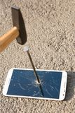 Martillo que rompe la pantalla de un smartphone Imagenes de archivo