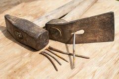 Martillo viejo, azuela y clavos oxidados Foto de archivo libre de regalías