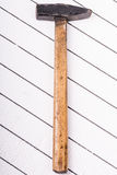 Martillo viejo en un fondo de madera blanco Imágenes de archivo libres de regalías