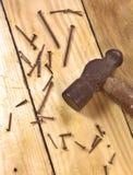 Martillo y clavos oxidados viejos Imagen de archivo