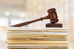 Martillo y documentos del juez en fondo imagen de archivo