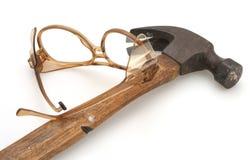 Martillo y gafas de seguridad Imagenes de archivo