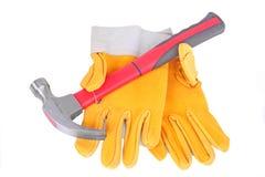 Martillo y pares de guantes protectores Fotografía de archivo libre de regalías