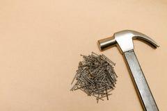 Martillo y pila de acero de clavos Foto de archivo