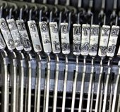 Martillos para escribir con una máquina de escribir manual antigua Imagen de archivo libre de regalías
