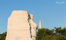 Martin Luther King και το μνημείο της Ουάσιγκτον με το μπλε ουρανό Στοκ φωτογραφία με δικαίωμα ελεύθερης χρήσης