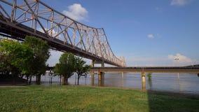 Martin Luther King Bridge au-dessus du fleuve Mississippi dans le Saint Louis de St Louis, Etats-Unis - 19 juin 2019 banque de vidéos